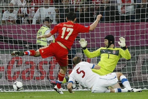 Alan Dzagojev střílí první gól do sítě českého týmu, snaha Roman Hubníka i brankáře Petra Čecha byla marná