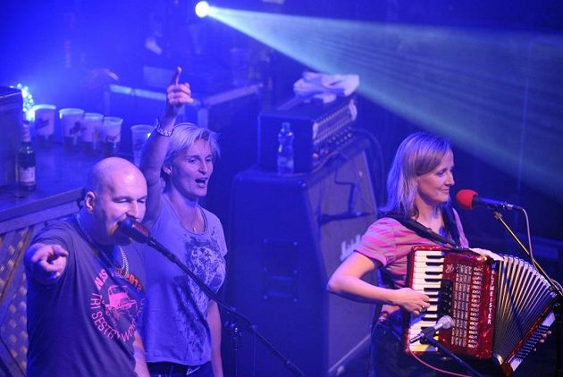Oštěpařka Barbora Špotáková (uprostřed) si zazpívala na koncertu se skupinou Tři sestry.