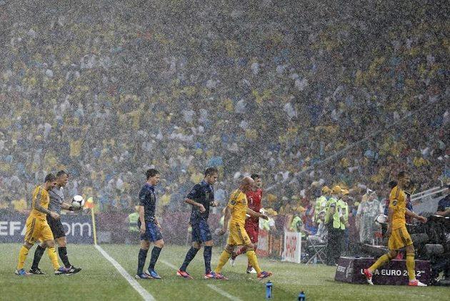 Fotbalisté Ukrajiny a Francie odcházejí už v 5. minutě do kabin, jejich duel byl pro bouřku a silný déšť přerušen.