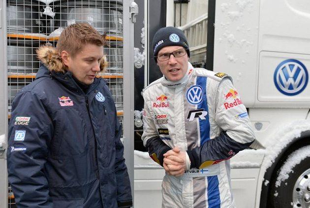 Jari Matti Latvala, pilot Volkswagenu, při debatě s krajanem a rovněž bývalým závodníkem mistrovství světa Toni Gardemeisterem.