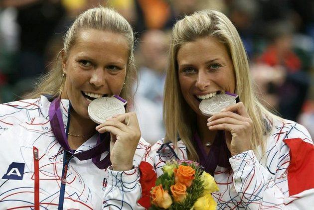 Tak chutná stříbro! Andrea Hlaváčková (vpravo) a Lucie Hradecká.