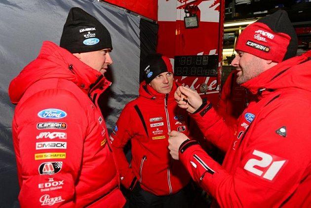 Český pilot Martin Prokop (vlevo) v zázemí svého týmu při rallye Monte Carlo 2013.