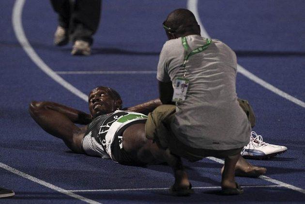 Usain Bolt se záhy po doběhu kvalifikace nechal ošetřit.