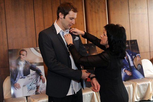 Petr Čech při zkoušce obleku s Annou Motlíkovou z firmy Steilmann.