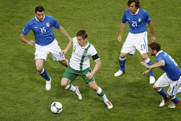 Ir Kevin Doyle (v bílém) v obležení italských fotbalistů.