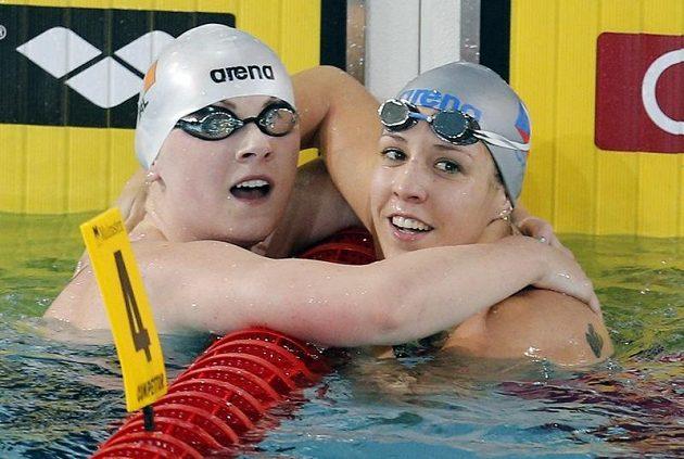 Plavkyně Petra Chocová (vpravo) vyhrála na mistrovství Evropy v krátkém bazénu ve francouzském Chartres.