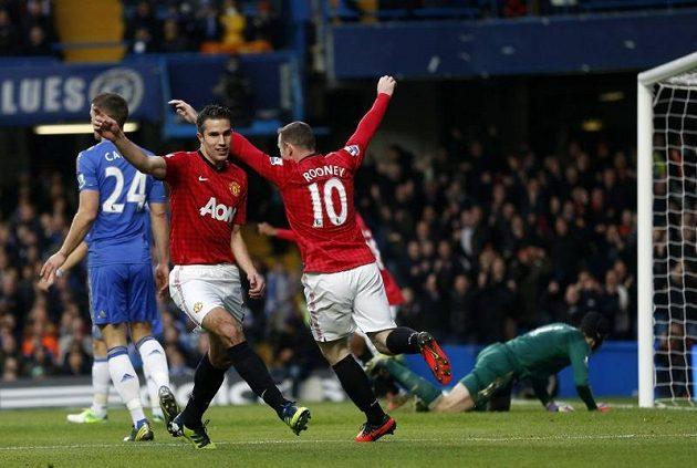 Kanonýr Manchesteru United Robin van Persie se raduje z gólu, kterým pomohl porazit Chelsea na jejím hřišti.