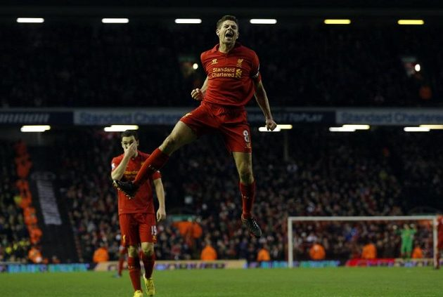 Liverpoolský kapitán Steven Gerrard oslavuje svou trefu proti Norwichi.