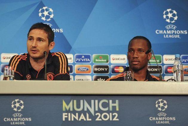 Frank Lampard a Didier Drogba (vpravo) z Chelsea mluví s novináři před finále Ligy mistrů.