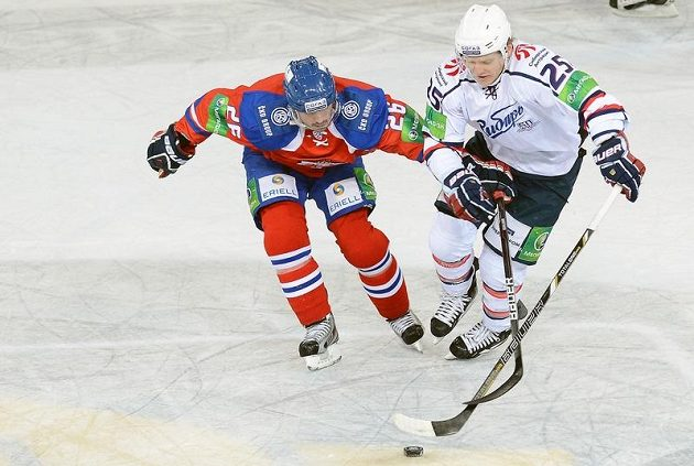 Útočník Lva Michal Řepík (vlevo) v souboji s Alexejem Kopejkinem z Novosibirsku.