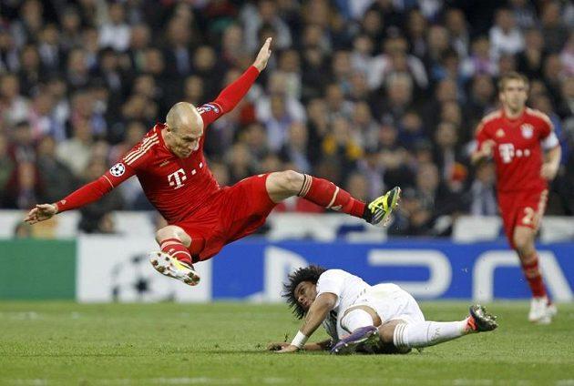 Arjen Robben z Bayernu letí vzduchem po souboji s Marcelem z Realu v odvetě semifinále Ligy mistrů.