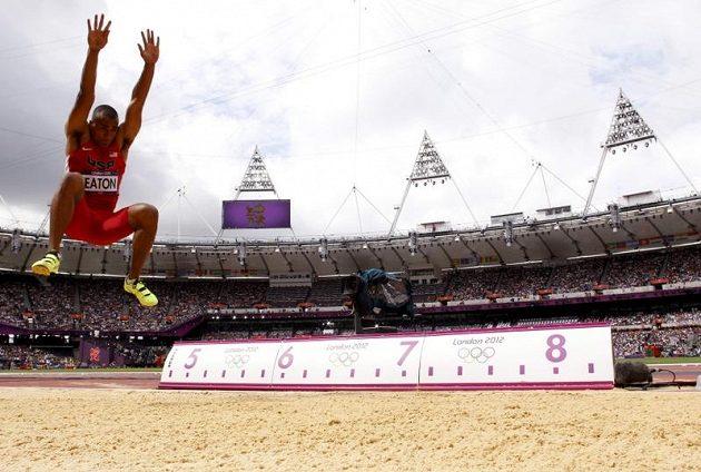 Americký desetibojař Ashton Eaton v dálkařském sektoru na Olympijském stadiónu v Londýně.