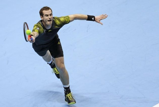 Britský tenista Andy Murray v duelu s Tomášem Berdychem na Turnaji mistrů v Londýně.