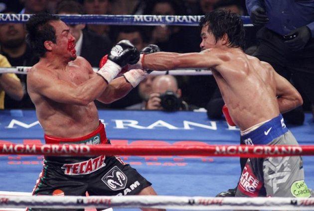 Zmlácený do krve. Manny Pacquaiao z Filipín (vpravo) bil do Juana Manuela Marqueze z Mexika tvrdě.