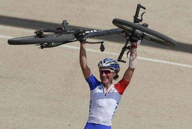 Francouzka Julie Bressetová oslavuje olympijský triumf.