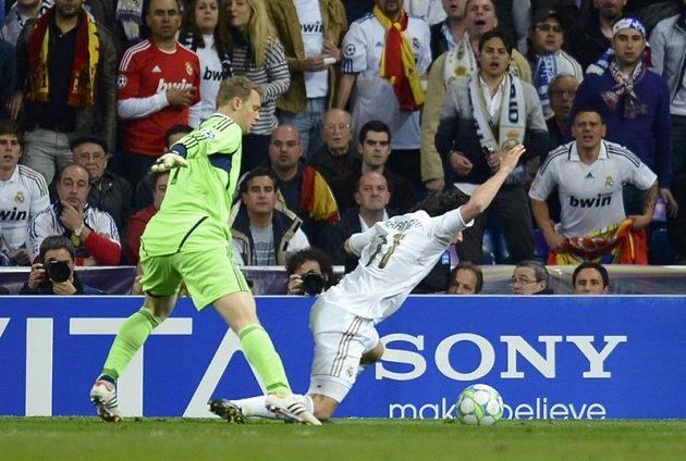Sporný moment v závěru prodloužení. Brankář Neuer při kontaktu s Estebanem Granerem z Realu v pokutovém území.