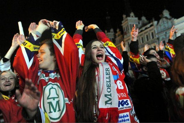 Pardubické fanynky a fanoušci slavili s hokejisty po jejich příjezdu z Brna na Perštýnské náměstí mistrovský titul.