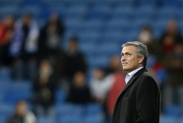 Trenér Realu Madrid José Mourinho na stadiónu San Bernabéu před duelem s Atlétikem.