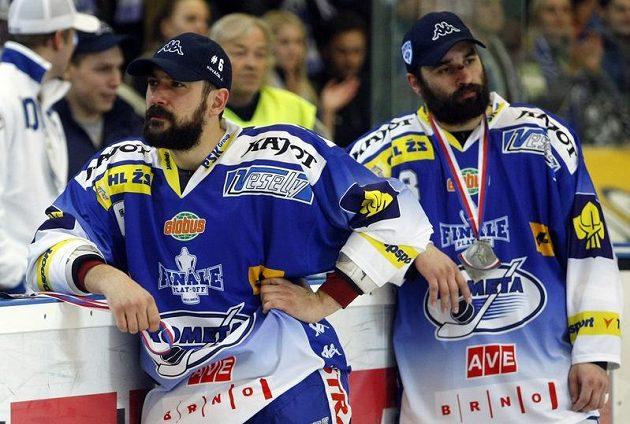 Zklamaní hokejisté Brna Kováčik a Hruška po porážce ve finále extraligy.