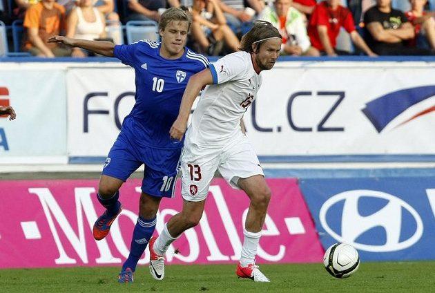 Jaroslav Plašil (vpravo) si kryje míč tělem před Finem Teemu Pukkim.