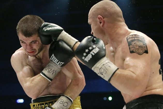 Český profesionální boxer Lukáš Konečný (vpravo) v duelu se Zaurbekem Bajsangurovem z Ruska.