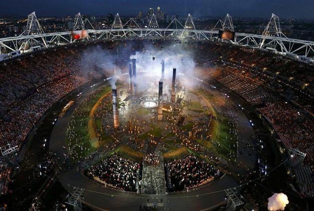 Scéna ze zahajovacího ceremoniálu her v Londýně, která znázorňuje počátky industrializace.