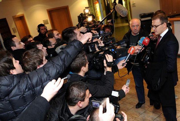 Daniel Křetínský předstoupil před novináře.