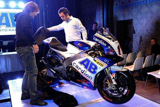 Karel Abraham (vlevo) a jeho motocykl specifikace CRT.