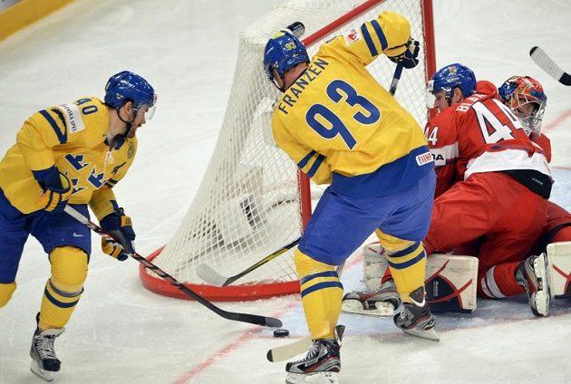 Zleva Henrik Zetterberg a Johan Franzen ze Švédska a Miroslav Blaťák a brankář Jakub Štěpánek těsně před první gólem.