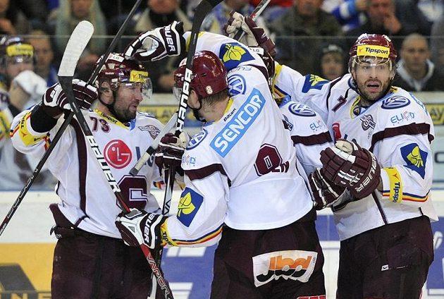 Hokejisté Sparty se radují z gólu do sítě Komety ve třetím čtvrtfinále.