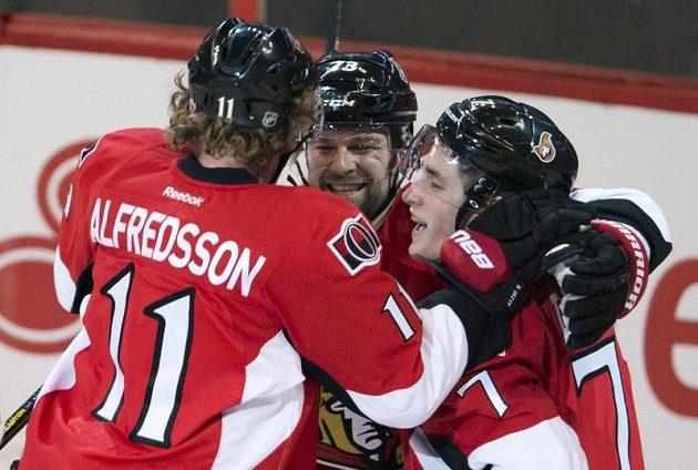 Hokejisté Ottawy zprava Kyle Turris, Guillaume Latendresse a Daniel Alfredsson se radují z gólu.