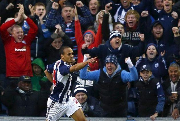 Peter Odemwingie z týmu West Bromwich Albion se raduje ze vstřelení gólu do sítě Chelsea.