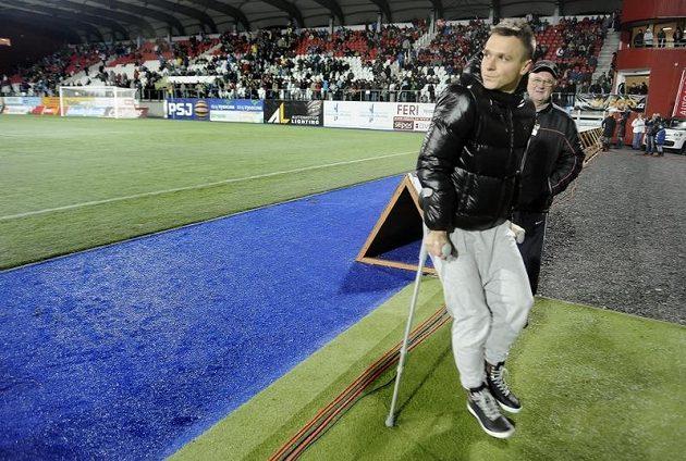 Zraněný kanonýr Jihlavy Stanislav Tecl jen přihlížel, jak jeho tým prohrál s Jabloncem 0:1.