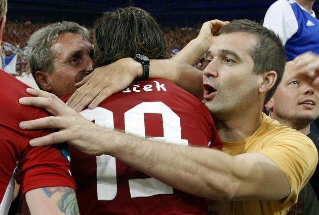 Petr Jiráček slaví s fanoušky postup do čtvrtfinále.