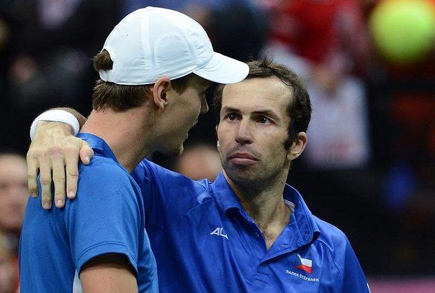 Tak jsme to dokázali, jako by říkal Radek Štěpánek (vpravo) svému parťákovi Tomáši Berdychovi po výhře v deblu nad Španěly