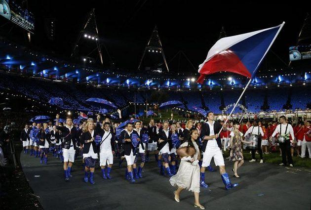 Badmintonista Petr Koukal vede českou výpravu při slavnostním zahájení olympijských her v Londýně.
