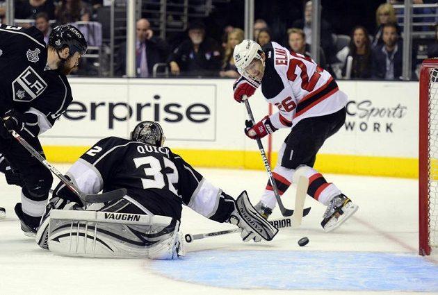 Patrik Eliáš překonává brankáře Kings Jonathana Quicka ve čtvrtém finále Stanley Cupu.