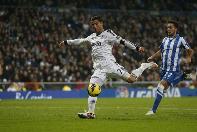 Cristiano Ronaldo z Realu Madrid střílí gól do sítě San Sebastianu.