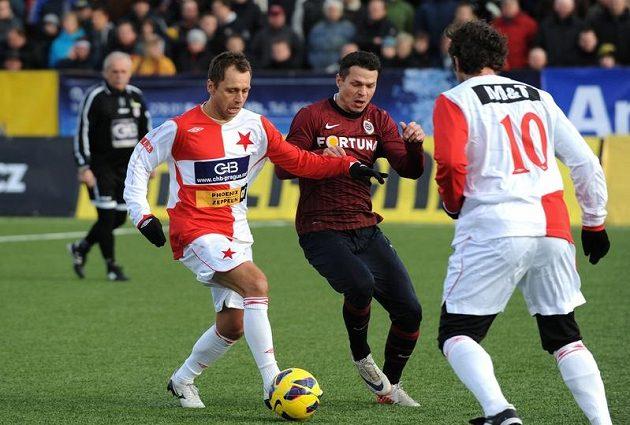 Ivo Ulich (třetí zprava) ze Slavie v souboji s Liborem Sionkem ze Sparty při Silvestrovském derby.