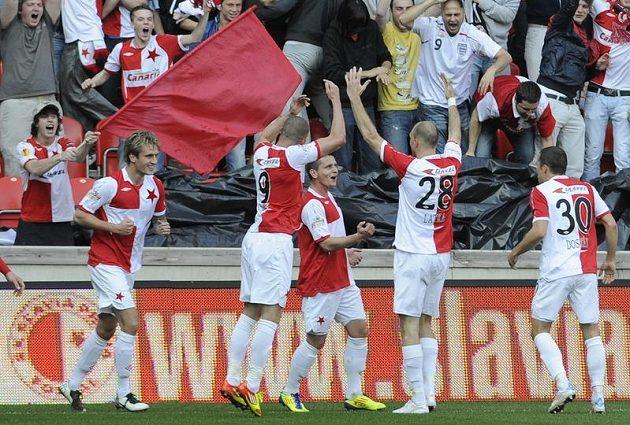 Fotbalisté Slavie a Eden s nimi jásají nad vedoucím gólem Latky.