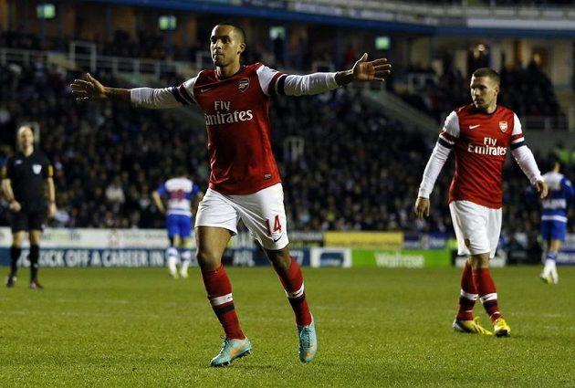 Arsenalu se stále nedaří domluvit na nové smlouvě s anglickým reprezentantem Theem Walcottem (vlevo).
