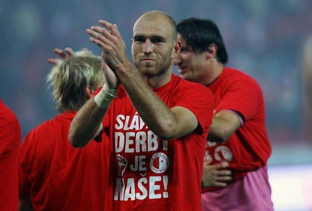 """Slávista Martin Latka hned navlékl tričko """"Derby je naše""""..."""