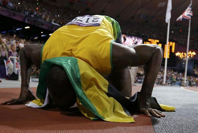 Usain Bolt líbá dráhu na stadiónu v Londýně, kde získal dnes už druhé individuální olympijské zlato