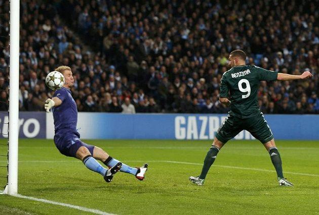 Karim Benzema z Realu Madrid překonává Joea Harta v brance Manchesteru City