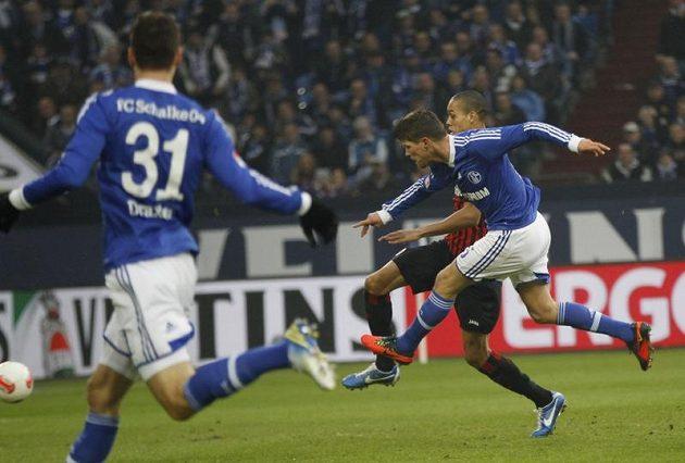 Klaas-Jan Huntelaar (vpravo) ze Schalke střílí gól Eintrachtu Frankfurt.
