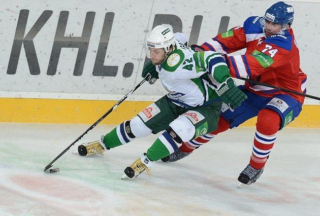 Souboj Sergeje Zinovjeva z Ufy (vlevo) a Nathana Oystricka z týmu Lev Praha.