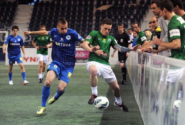Michal Obročník ze Slovanu Liberec (třetí zleva) v souboji s jabloneckým záložníkem Ondřejem Vaňkem na halovém turnaji Indoor Fotbal Cup.