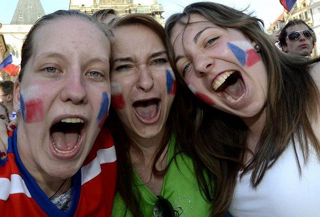 Nadšené hokejové fanynky na Staroměstském náměstí při sledování duelu o bronz na MS