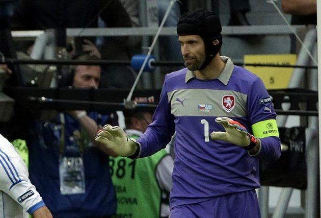 Petr Čech uklidňuje spoluhráče po inkasované brance v souboji s Řeckem.