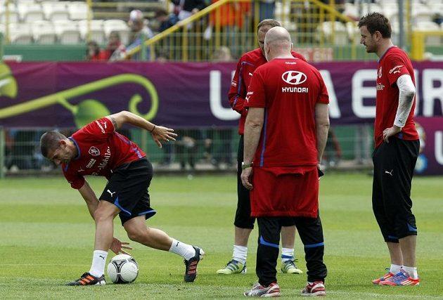 Jan Rezek (vlevo) na tréninku českého týmu po zápase s Řeckem